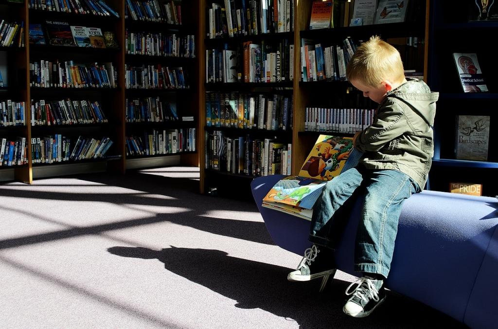 Malo dijete čita knjige o marketingu u knjižnici